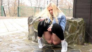 Pee Video Tip-Toed Blonde