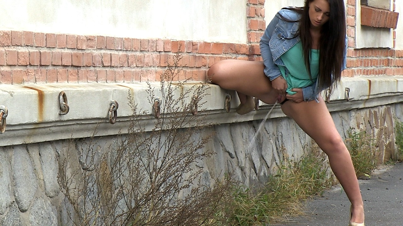 Girls pissing sexy