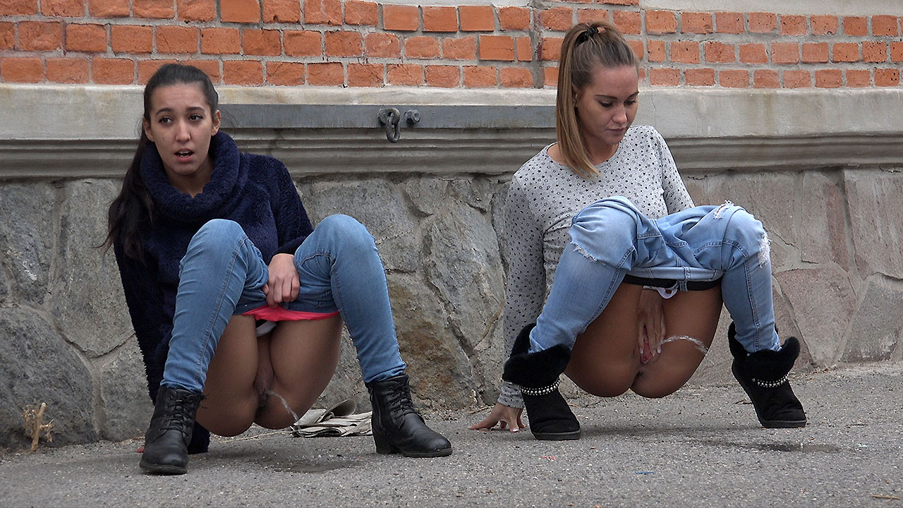 City Pissing For Besties