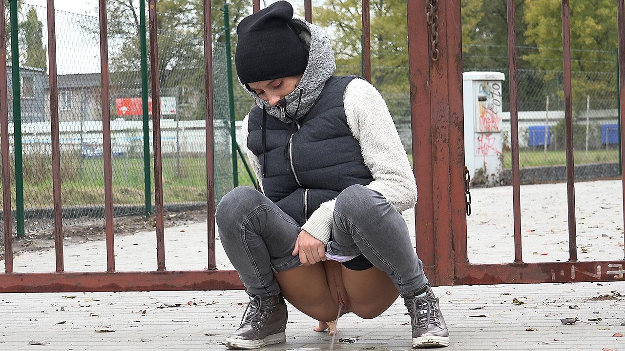 Сперма на девушках в общественных местах, Кончаем на девушек в общественных местах 23 фотография